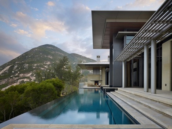 Horizontal Dream House with Large Expanses of Glass_image