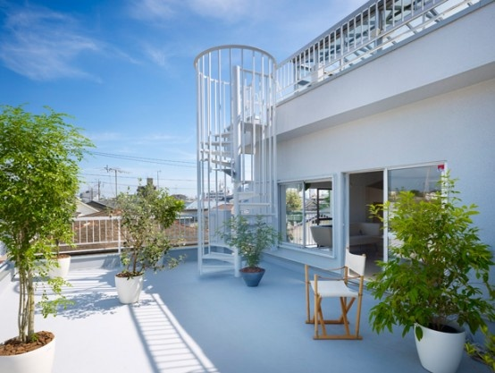 Stunning Japanese House Design with Rooftop Glass Bathroom_image